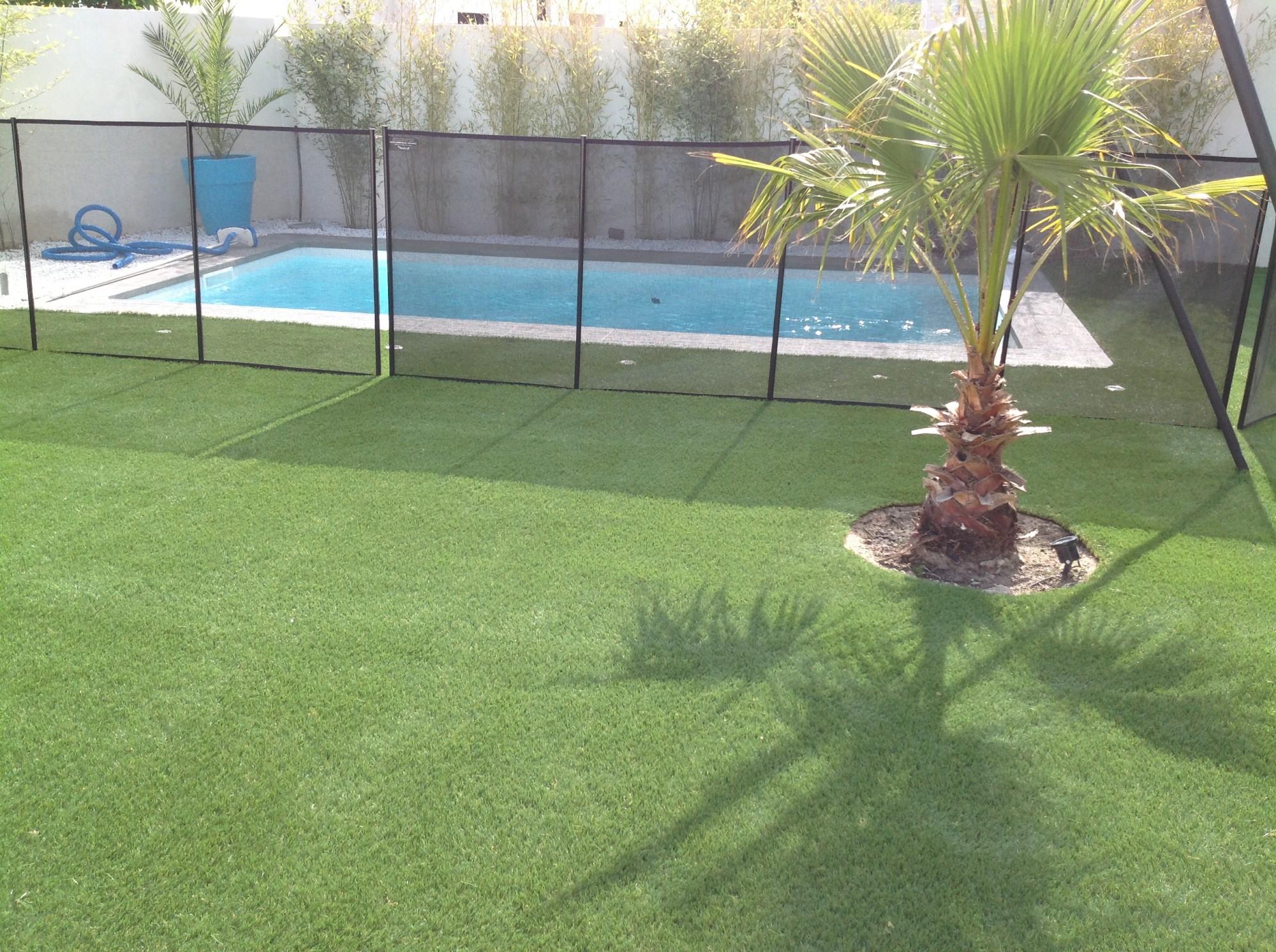 Pose d'une pelouse artificielle à Montpellier près d'une piscine